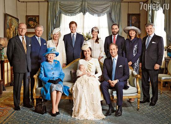 Официальное фото после церемонии крещения. Впервом ряду: королева ЕлизаветаII, герцогиня Кембриджская Кэтрин спринцем Джорджем на руках ипринц Уильям. Во втором ряду: герцог Эдинбургский Филип, принц Чарльз ссупругой Камиллой, принц Гарри, сестра Кейт ПиппаМиддлтон, братДжеймс, а также их родители Кэрол и Майкл