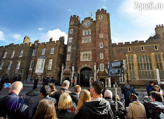 В часовне Сент-Джеймсского дворца принц Уильям прощался сосвоейобожаемой мамой, принцессой Дианой. Здесь же крестили ее внука