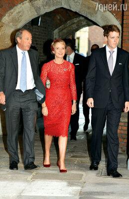 Введя в состав «команды» крестных подругу Дианы Джулию Сэмюэл (на фото с мужем Майклом), принц почтил память мамы