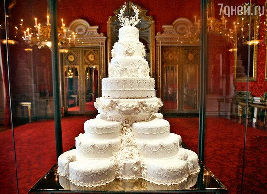 Корж из этого великолепного свадебного торта Кейт и Уильяма по традиции использовали приприготовлении крестильного торта самого маленького наследника британского престола