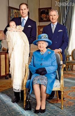 На этом уникальном фото все ближайшие наследники британского королевского престола вместе с правящей королевой Елизаветой II: принц Уильям с Джорджем на руках и принц Чарльз
