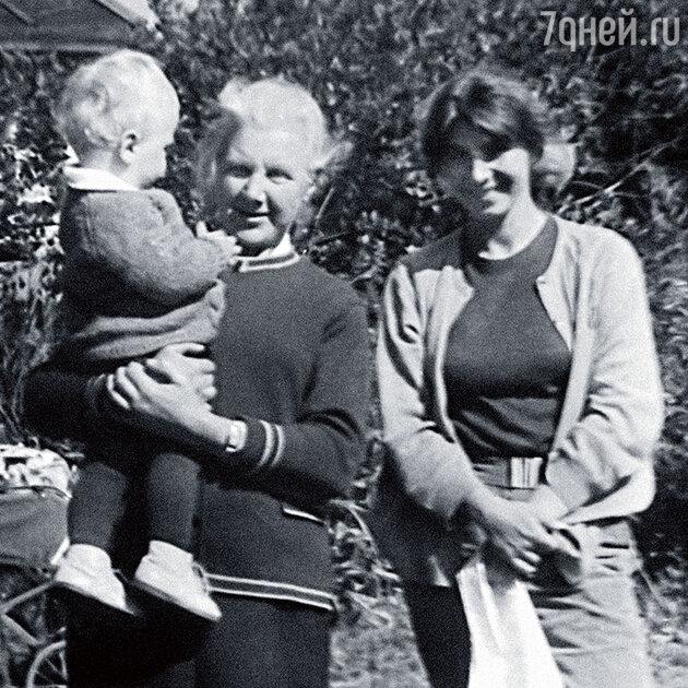 Екатерина Кузьминична Филозова с внуком Андреем и Алла Филозова