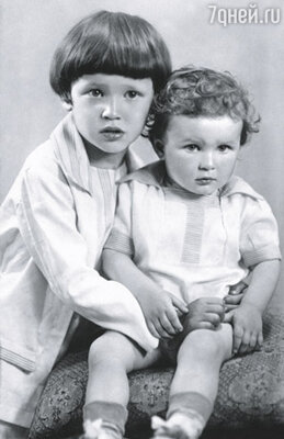 Для моего дедушки дать имя малышу - все равно что нового сказочного персонажа выдумать. Сыновья писателя Вивиан и Ромуальд, 1930 г.