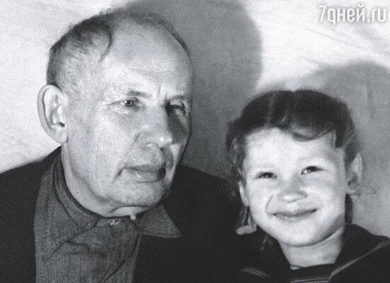 Я долго не понимала, что живу в семье известного писателя. Калерия с дедом.