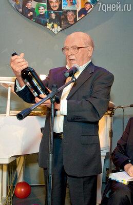 Лев Дуров преподнес другу бутылку специальной «черной» водки