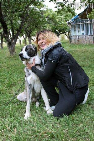 Ая со своим псом Тимоном.