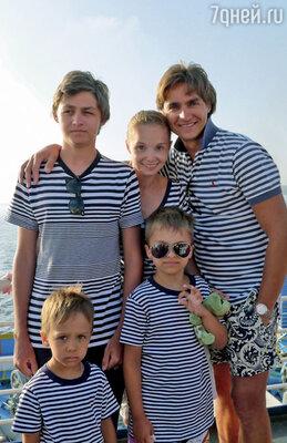 Поддержкой Сергею в эти дни стала его семья. С женой и сыновьями на отдыхе