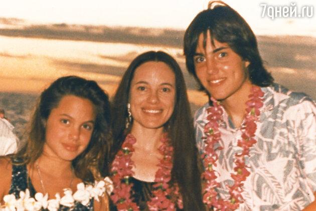 Анджелина Джоли с матерью Маршелин Бертран и братом Джеймсом Хейвеном