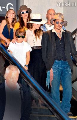 «Эмбер и мои дети стали настоящими друзьями. Мы часто вместе выходим куда-то, ездим впутешествия, веселимся». Джонни Депп с детьми Лили-Роуз (вверху слева), Джеком и Эмбер Херд во время путешествия в Японию. 2013 г.