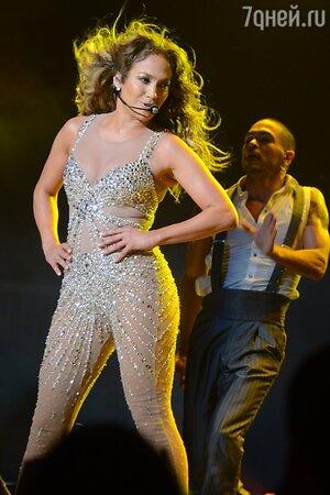 Дженнифер Лопес во время мирового тура Dance Again