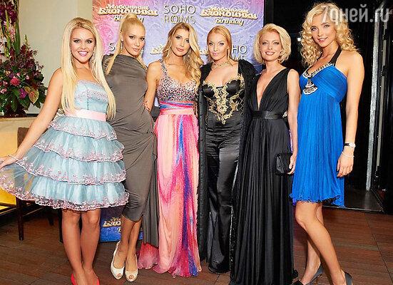 Группа «Мобильные блондинки» и Анастасия Волочкова (в центре)