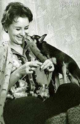 Тамара Миансарова (на фото) предложила поехать с ней на гастроли. Я не раздумывая согласилась. Вначале работала костюмером, потом помощницей по хозяйству, 1965 г.