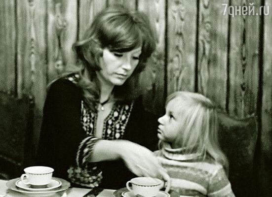 Кристина очень любила, когда я к ней приезжала. Она ведь была все время загружена: языки, балет, рисование, а при тете Люсе можно и пошалить... Алла Пугачева с дочерью. 1978 г.