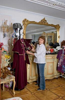 Когда Филипп ушел из Театра песни, он предлагал мне поработать его костюмером, но я отказалась. Сейчас он об этом часто вспоминает: «Чего тогда со мной не пошла?», а я отвечаю: «Если бы я с тобой работала, ты никогда на Алле не женился бы!» (В квартире Киркорова)