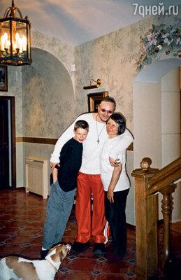 Раньше была одна семья... Мы жили на Истре, а потом Алла стала все чаще оставаться в Москве. С Владимиром Пресняковым, его сыном Никитой и Покемоном. Истра, 2002 г.