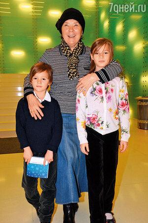 Лариса Голубкина с внуками Ваней и Настей