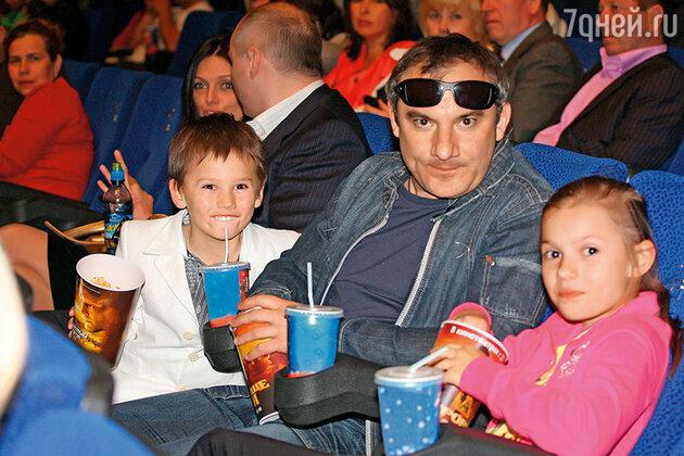 Николай Фоменко с сыном Иваном и дочкой Настей