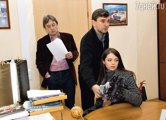 Режиссер картины Александр Муратов (в центре) помогает актерам Марине Александровой и Владимиру Еремину выстроить мизансцену