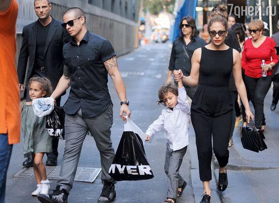 Дженнифер Лопес и Каспер Смарт с детьми певицы — близнецами Максом и Эмми