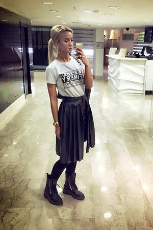 Ольга Бузова в футболке от российского бренда 11.11 и юбке от марки Five. Sixty.