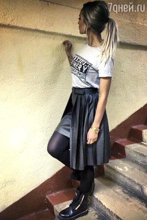 Ольга Бузова в футболке от российского бренда 11.11, в юбке с плиссировкой от марки Five. Sixty