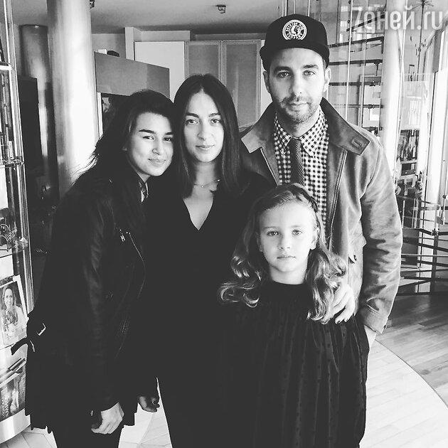 Иван Ургант с женой Натальей Кикнадзе и дочерьми Эрикой и Ниной