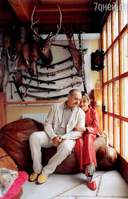 «Корону» нашего клана я ношу судовольствием». Никита Михалков с дочерью Надеждой. Николина гора, 2001 г.