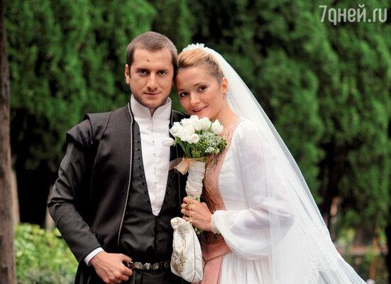 «Для венчания в Грузии мне сшили национальное грузинское платье идаже обувь». Надежда с мужем Резо Гигинеишвили