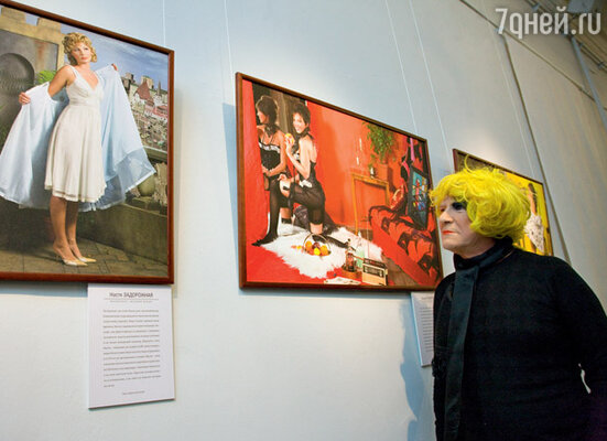 Перевоплотившись в женщину, Шакуров прошелся по выставке