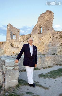 Пьер Карден возле своего замка вЛакосте. Модельер шутит, что он купил «живописные руины». По сути, так и есть— в доказательство этого Карден оставил несколько стен замка внеприкосновенности