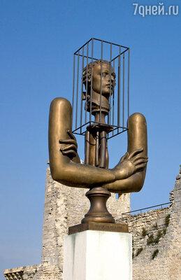 О бывшем хозяине замка — небезызвестном маркизе де Саде — напоминает лишь эта символическая скульптура, установленная неподалеку от входа