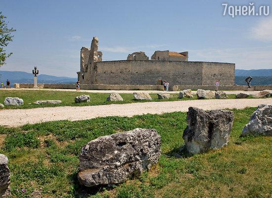 Замок заинтересовал Кардена прежде всего как архитектурное сооружение Средневековья. Правда, все внутренние помещения, разрушенные местными жителями еще в1789 году, пришлось возводить заново