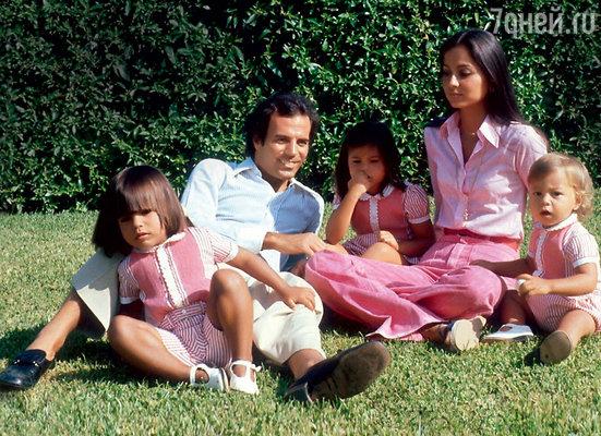 «Не думайте, что мое детство было ужасным. Нестоит судить нашу жизнь и отношения с отцом со стороны. Я был вполне счастливым ребенком». Хулио Иглесиас с первой женой Изабель и детьми: Энрике Мигелем, Марией Исабель и Хулио Хосе. Испания, Коста-дель-Соль, 1977 год