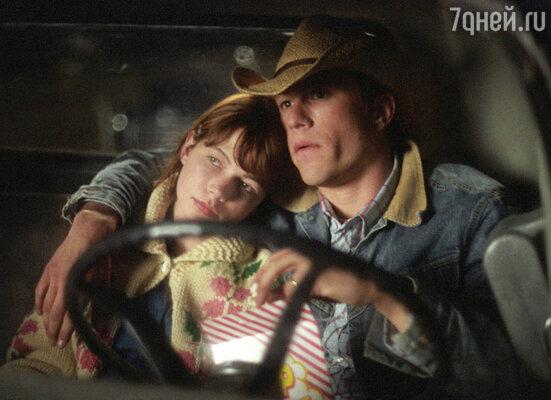 Мишель снялась в фильме «Горбатая гора» - истории про двух ковбоев, которые оказываются геями. С Хитом Леджером, кадр из фильма