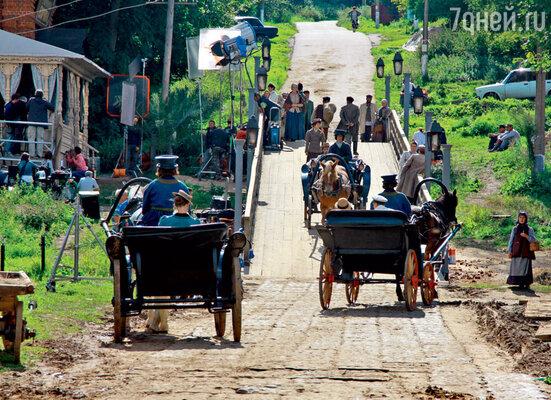 Брусчатку, которой были покрыты дороги в начале прошлого века, бутафоры изготовили из резины