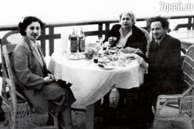 Татьяна Лунгина (слева) с Мессингом и его женой Аидой Михайловной на отдыхе