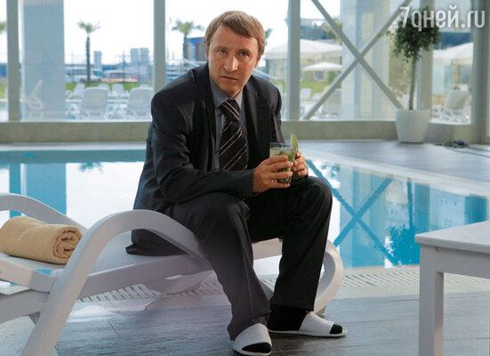 Предприимчивый Петя в исполнении Андрея Кайкова использует олимпийскую стройку, чтобы выбиться вначальники