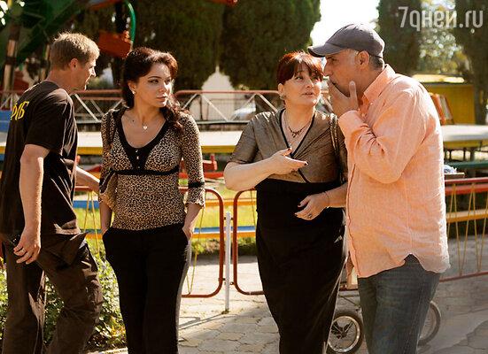 Лаура Кеосаян в образе адлерской модницы, Ия Нинидзе и режиссер Тигран Кеосаян