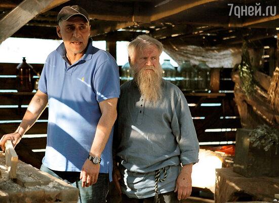 На съемках выяснилось, что Сергей Никоненко — замечательный плотник, поэтому для сцен, гдеему нужно орудовать топором и рубанком, дублер непонадобился