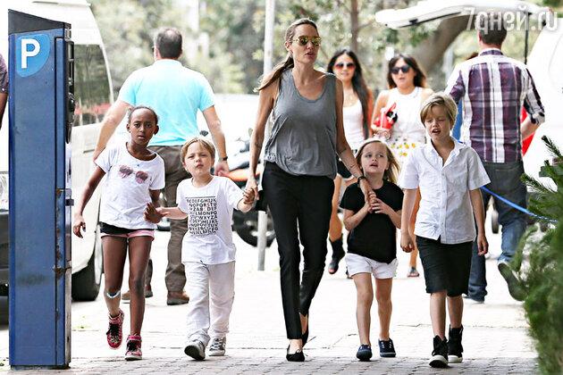 Анжелина Джоли с детьми Захрой, Ноксом, Вивьен и Шайло