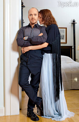 На Евгении сорочка Alexander McQueen, брюки Vivienne Westwood. На Ольге топ платье Maison Martin Margiela. ТД «ЦУМ»