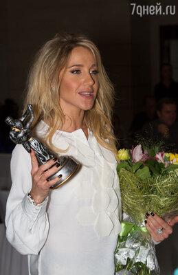 Награду в номинации «Окрыленные любовью» Юлия Ковальчук получала без Алексея Чумакова, который не смог посетить церемонию из-за гастролей.