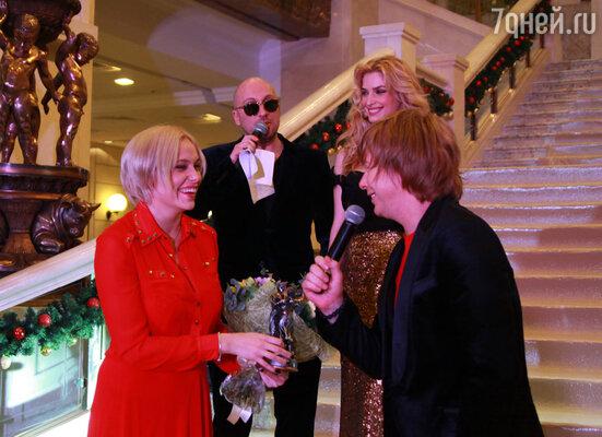 Ведущие премии Дмитрий Нагиев и Татьяна Котова и Андрей Григорьев-Апполонов с супругой Мариной