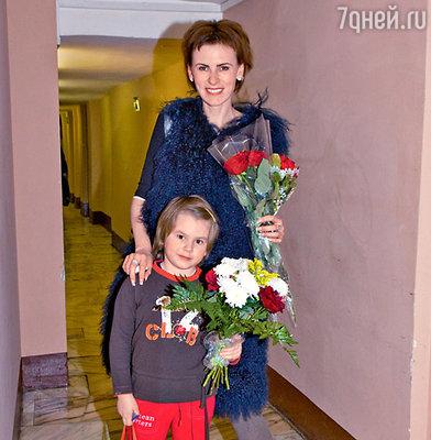 Поздравить папу пришли дочь Амели и ее мама Лиза