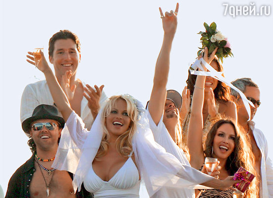 Памела Андерсон вышла замуж за музыканта Кида Рока на борту яхты, плывшей поСредиземному морю...