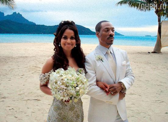 Свадьба Эдди Мерфи и Трэйси Эдмондс была романтичной—они сочетались браком назакате, стоя на белоснежном песке острова Бора-Бора... И конечно же невеста не надела туфли!
