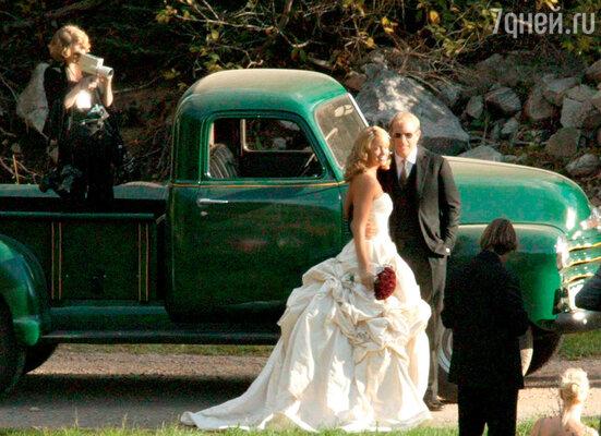 Невесту любителя сельской экзотики Кевина Костнера — Кристин Баумгартнер — привез к месту свадьбы ее отец настареньком грузовичке