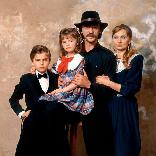 Михаил Боярский и Лариса Луппиан с сыном Сережей и дочерью Лизой