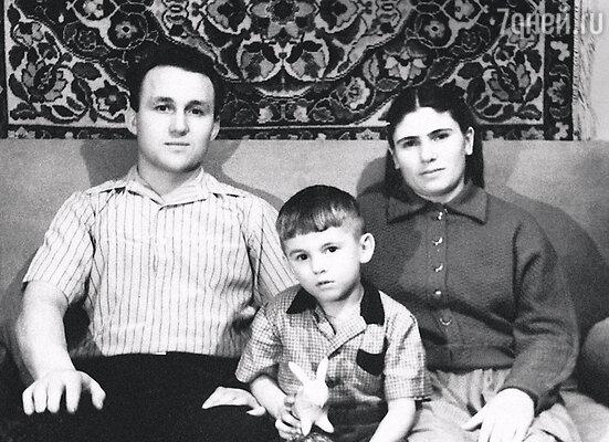 С отцом Эдуардом Брониславовичем и матерью Людмилой Максимовной вВерхнем Тагиле. 1959 г.