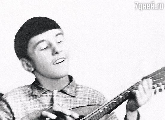 «Гитары были в диком дефиците. Но родители, через родственников из Тюмени, достали мне ее».1968 г.